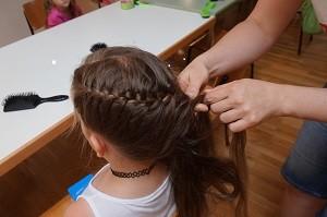 Schoppernau: Haare flechten / Zopfen mit Daniela