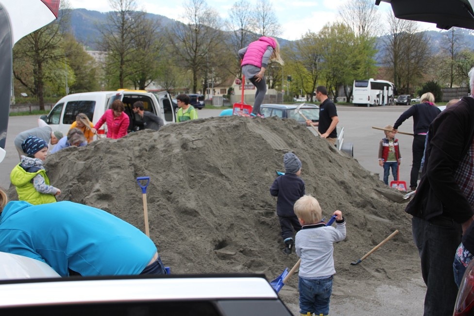 Dornbirn: 25 m³ Sand an Familien verteilt
