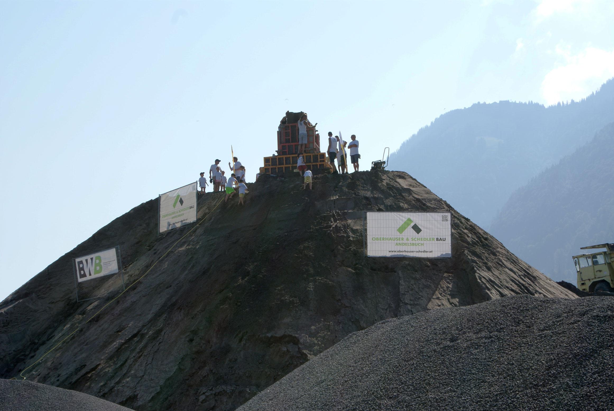 Andelsbuch: Väter und Kinder bauten Riesen-Sandburg