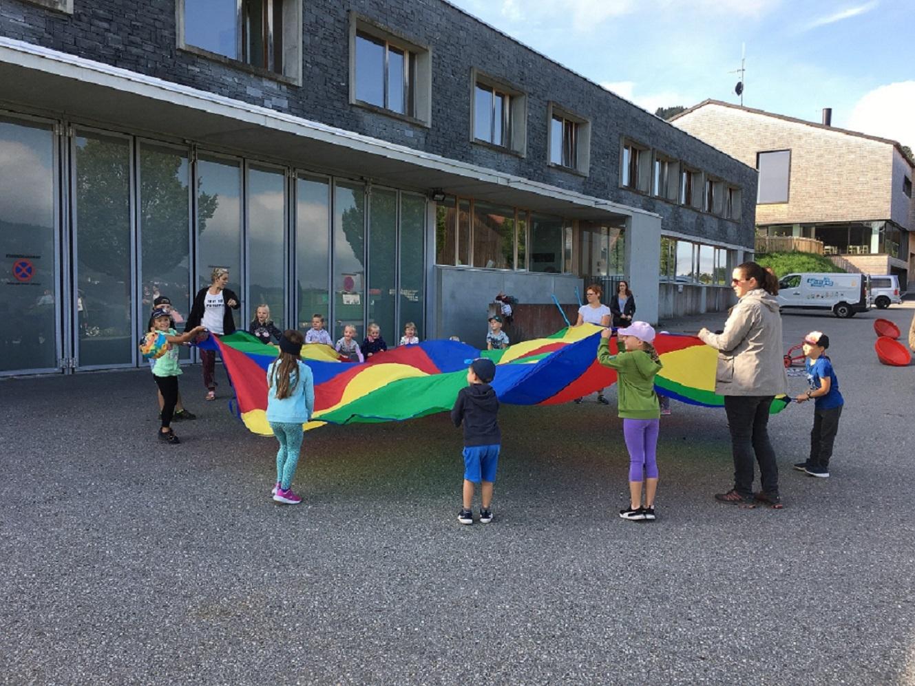 Buch: Spielbus des Vorarlberger Kinderdorfs besuchte Buch